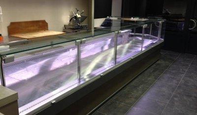 Installation d'une vitrine réfrigérée à Nolhac